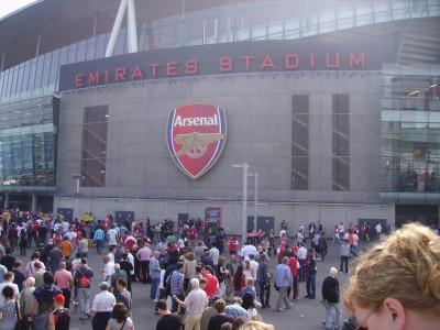 אצטדיון האמירויות מבחוץ. 60,000 אנשים נכנסים ויוצאים ממנו ברבע שעה.